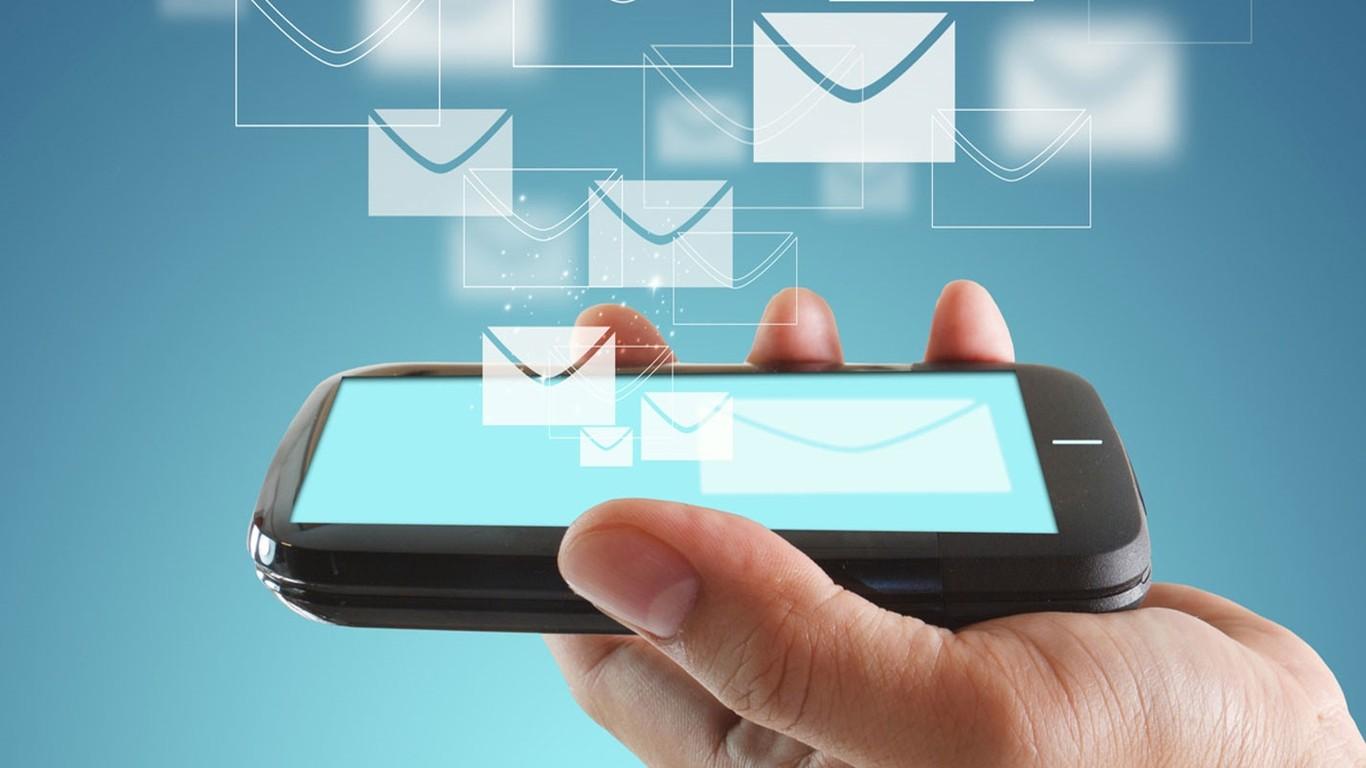 Телефон в руке и изображение сообщений в виде конвертов