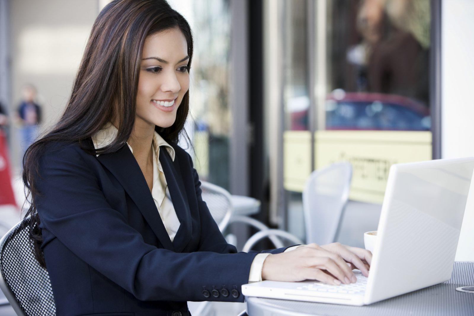 Девушка работает на ноутбуке