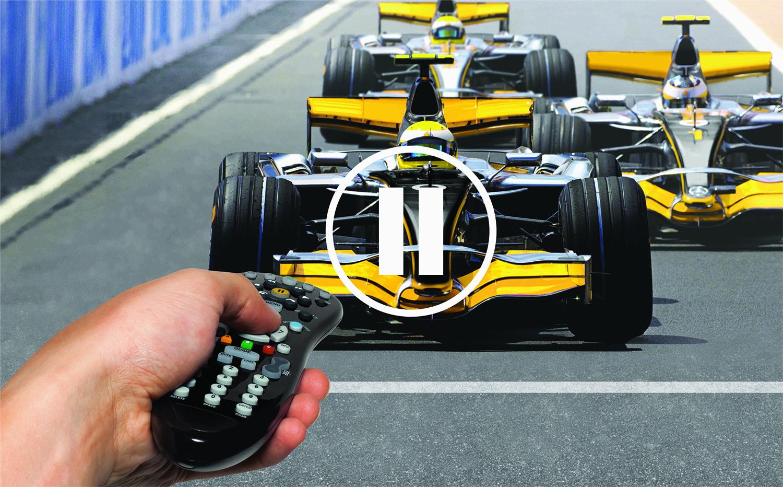 Пульт в руке и кадр трансляции гонок