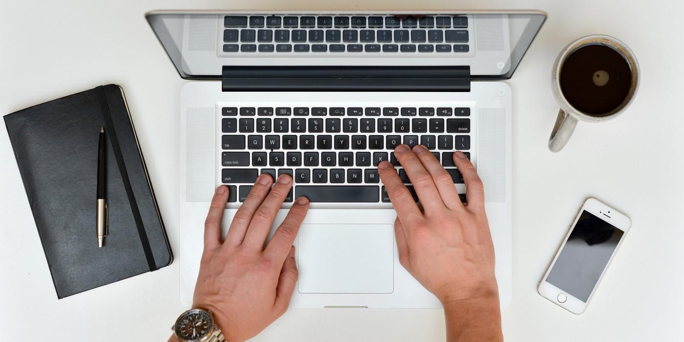 Мужчина работает на ноутбуке