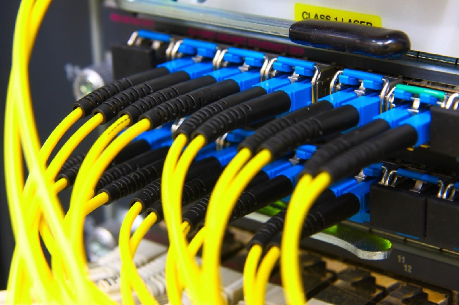 Интернет-кабели, подключенные к маршрутизатору