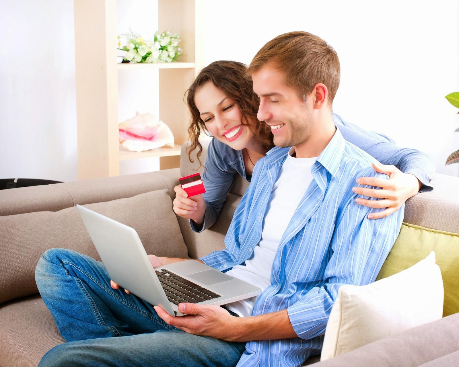 Парень и девушка сидят на диване с ноутбуком