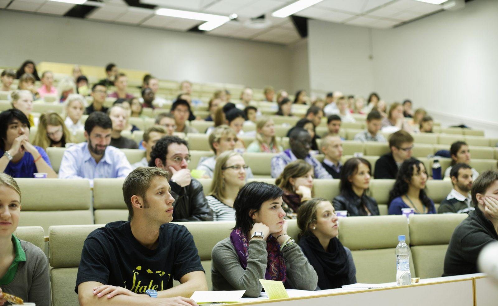 Студенты в аудитории на лекции