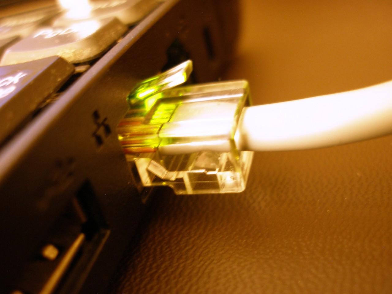 Интернет-кабель, подключенный к ноутбуку