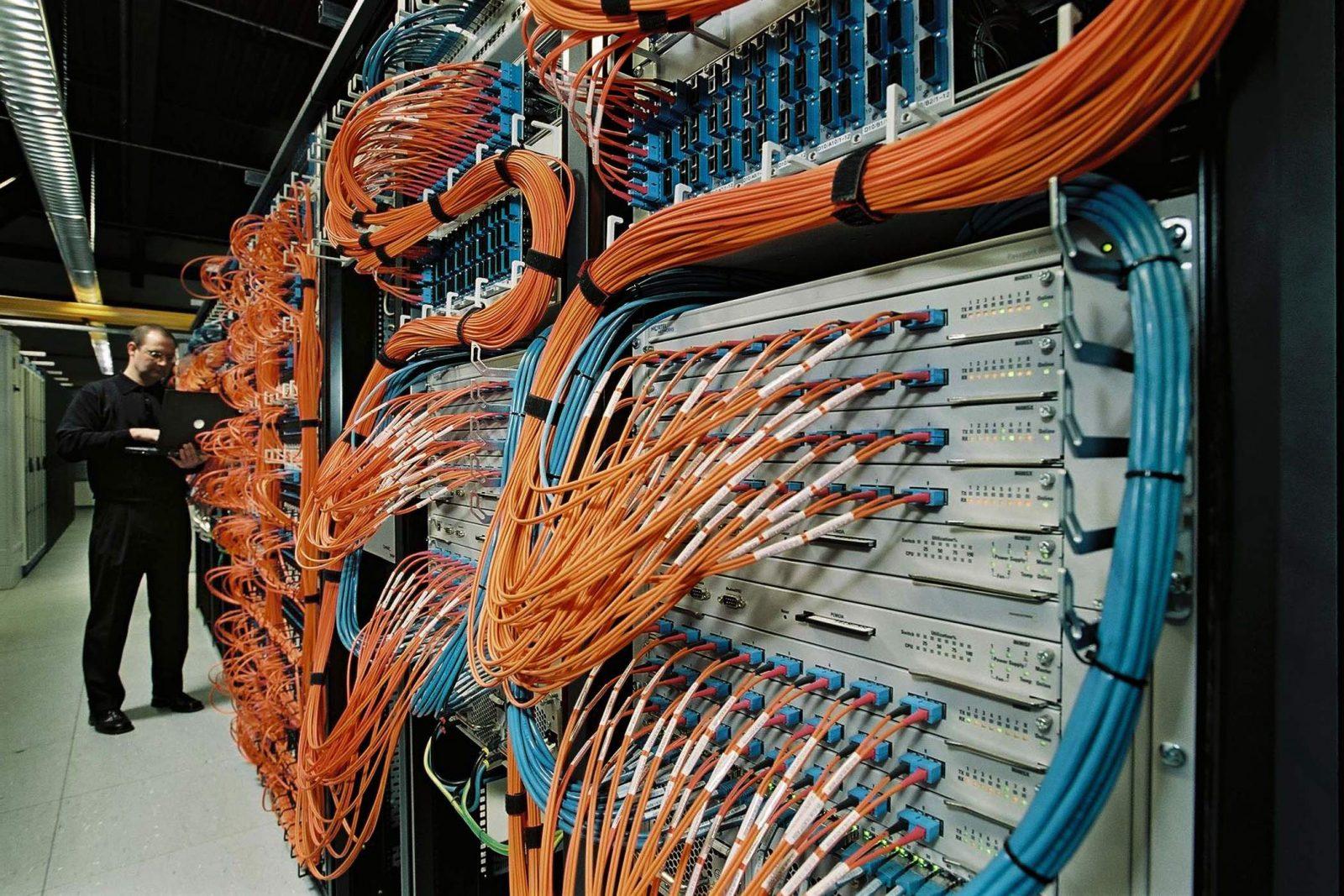 IT-специалист настраивает сетевое оборудование
