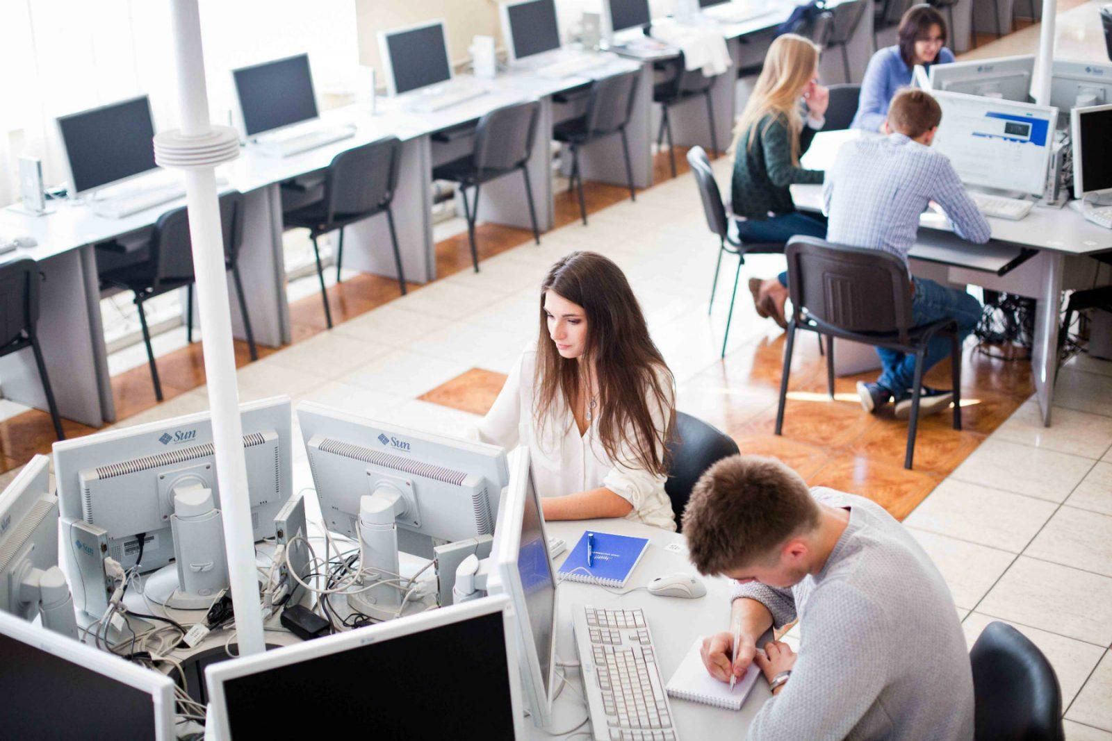 Студенты в аудитории за компьютерами