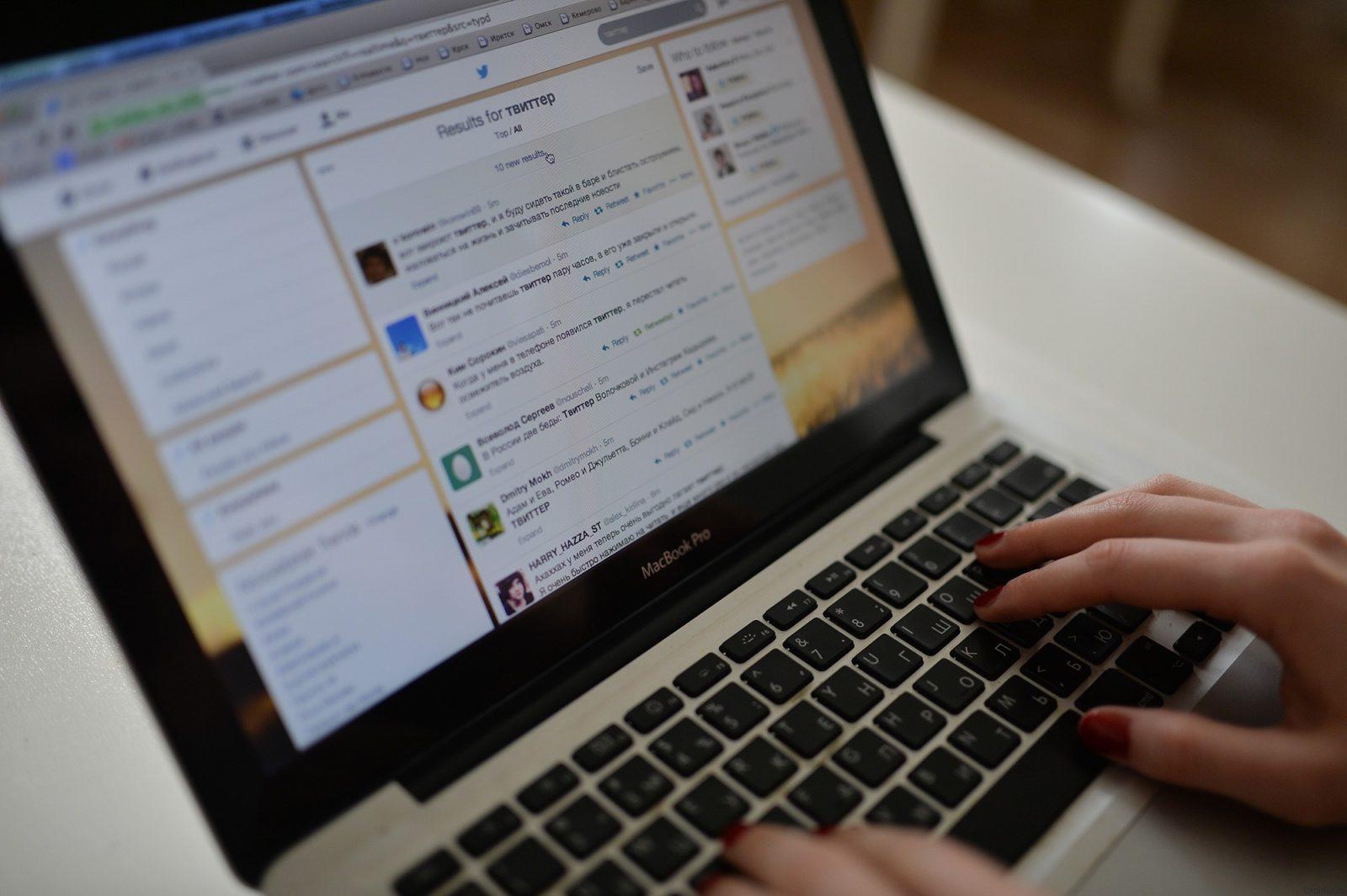 Девушка пишет блог на ноутбуке