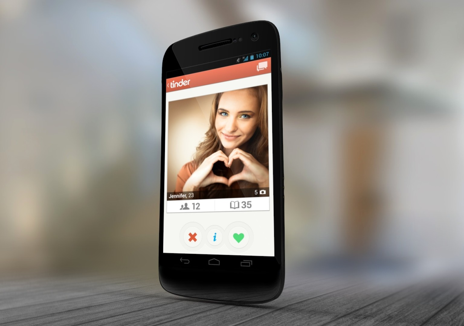 Приложение Tinder на смартфоне