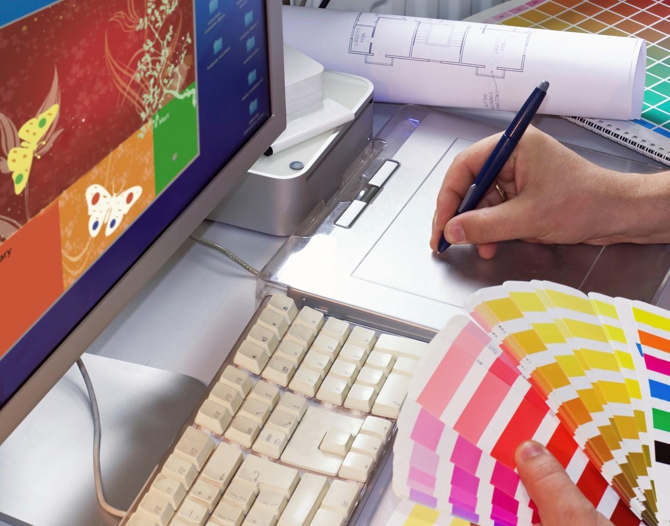 Дизайнер рисует сайт