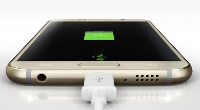 Смартфон заряжается через кабель USB