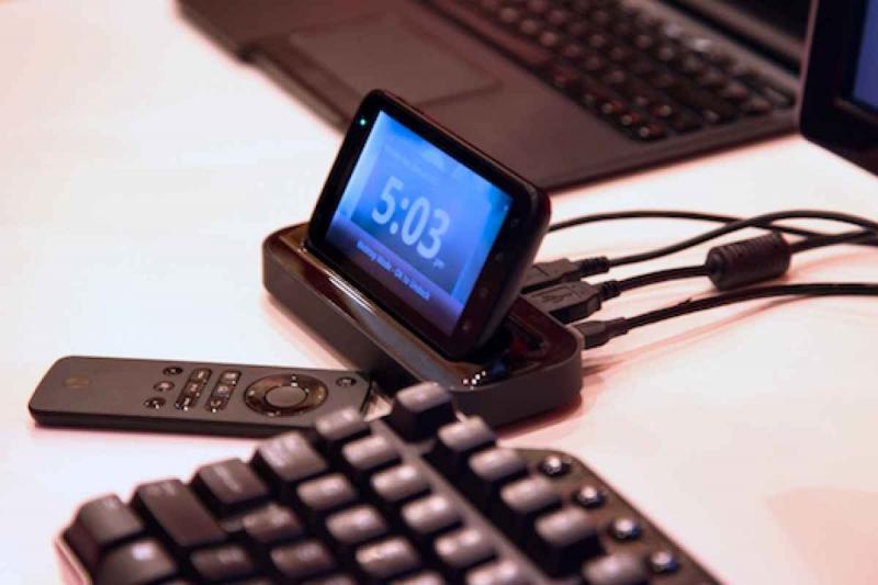 Клавиатура и смартфон, подключенный к компьютеру