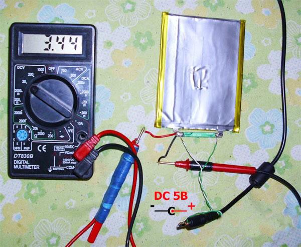 Батарея, вольтметр и провода